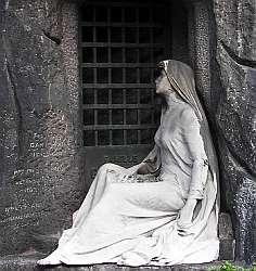Photo of a statue, reminiscent of Madame Jeanette, in P�re Lachaise cemetry, Paris